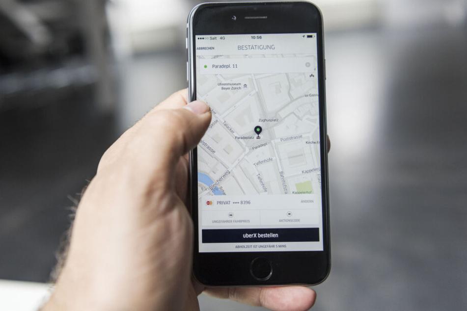 Die App von Uber, einem amerikanischen internationalen Verkehrsbetrieb, auf einem Smartphone.