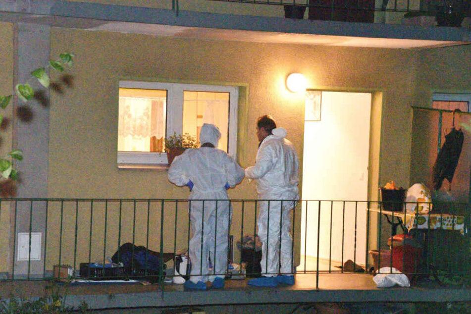 Mit einem Kopfschuss wurde die tote Mutter von einem Pflegedienst-Mitarbeiter gefunden. Ihr Sohn starb nach einem Fenstersturz. (Symbolbild)