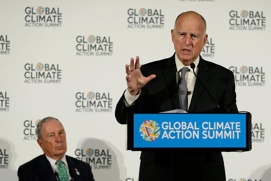 Jerry Brown (r.), Gouverneur von Kalifornien, sieht die Gefahr solcher Waldbrände steigen.