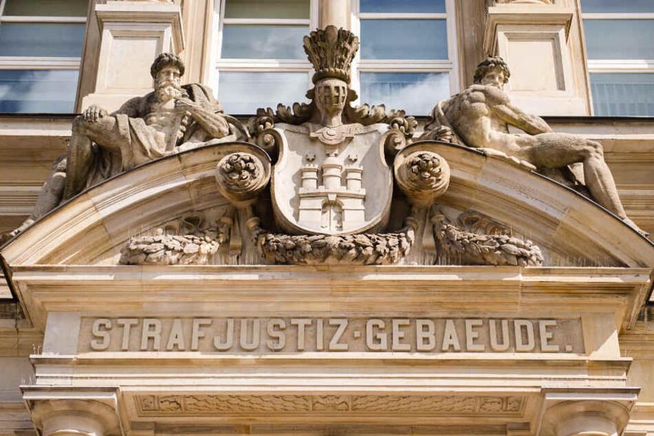 Der Prozess gegen einen suspendierten Polizisten in Hamburg hat am Dienstag begonnen.