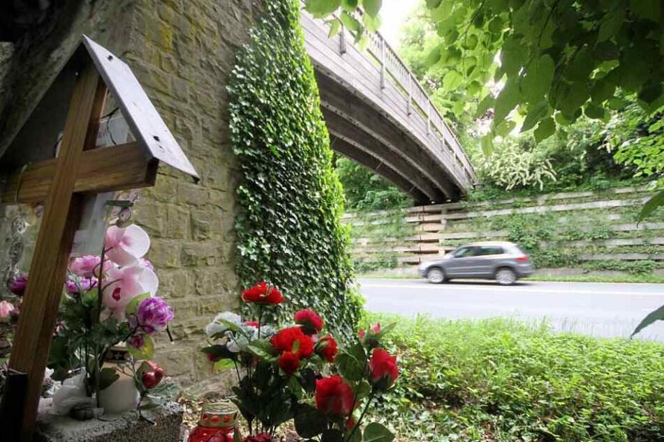 Ein Kreuz und Blumen erinnern an das Unglück vor sechs Jahren.