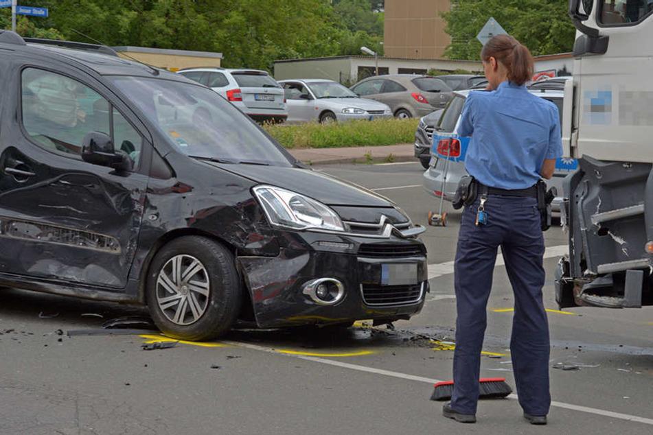 Eine Polizistin nimmt den Unfall an der Kreuzung Jenaer Straße / Häßlerstraße auf.