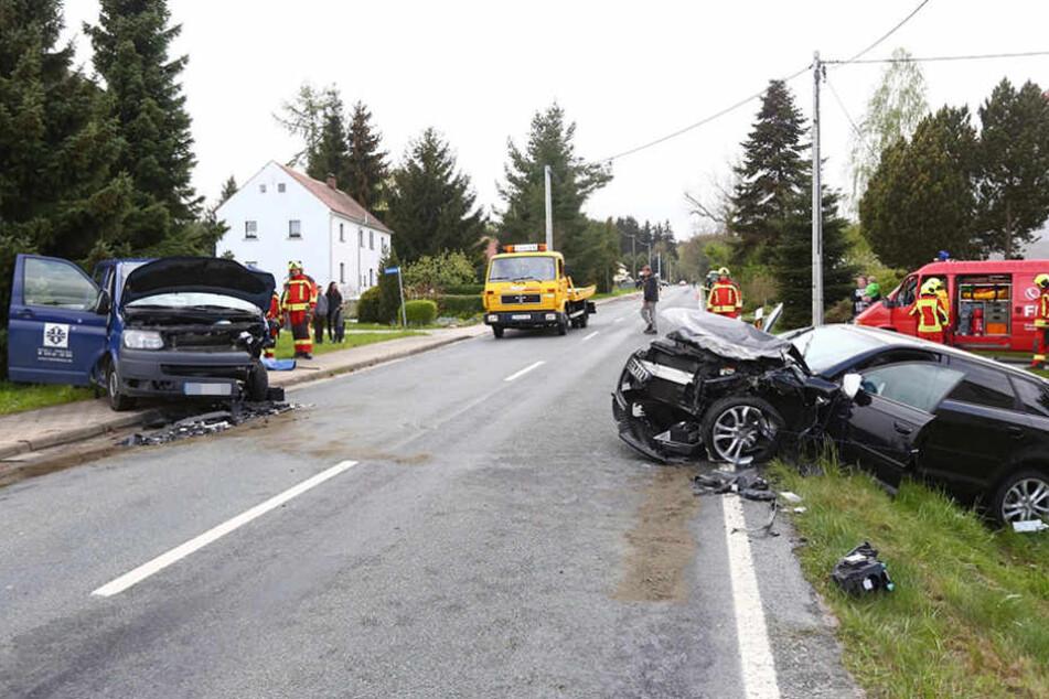 Auf der Schönbacher Straße stießen am Dienstagnachmittag zwei Autos zusammen.