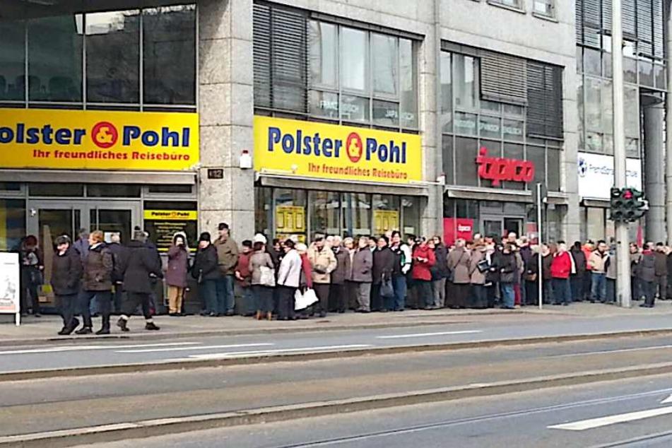 Menschen, wohin das Auge schaut. Die Innenstadt-Filiale von Polster und Pohl ist umlagert.