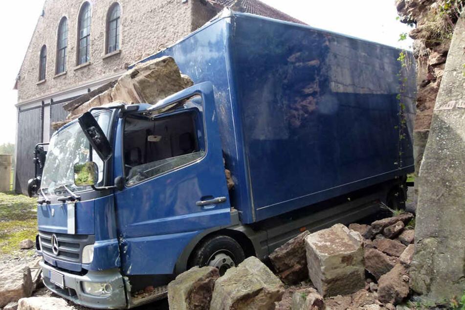 Das Steintor brach über dem Lkw zusammen.