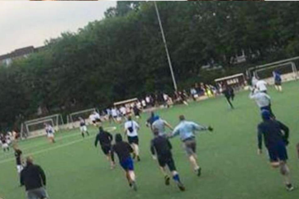 Schlimme Szenen: Hamburger Hooligans stürmen Fußballspiel