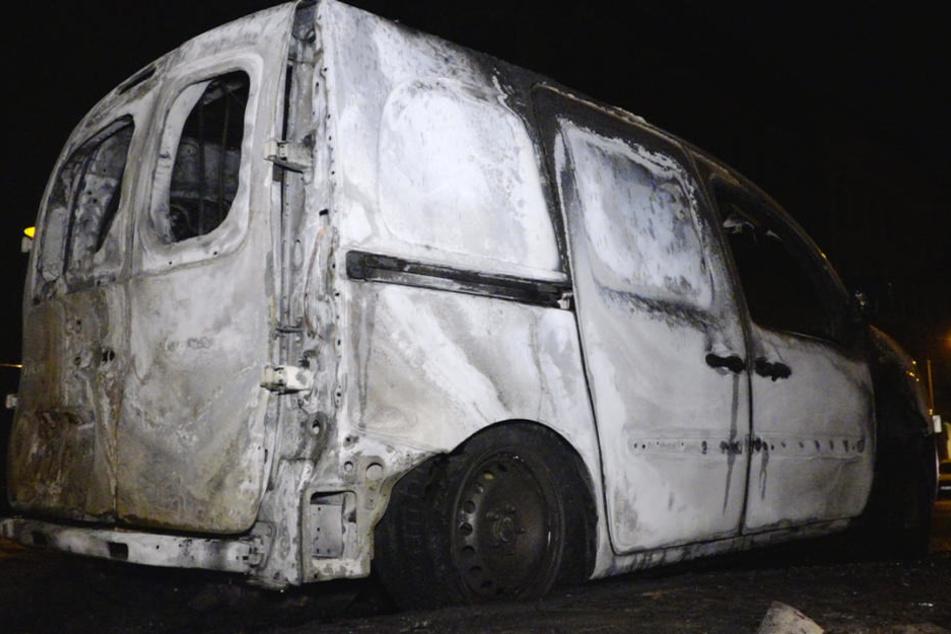 Zwei der Fahrzeuge brannten komplett aus.