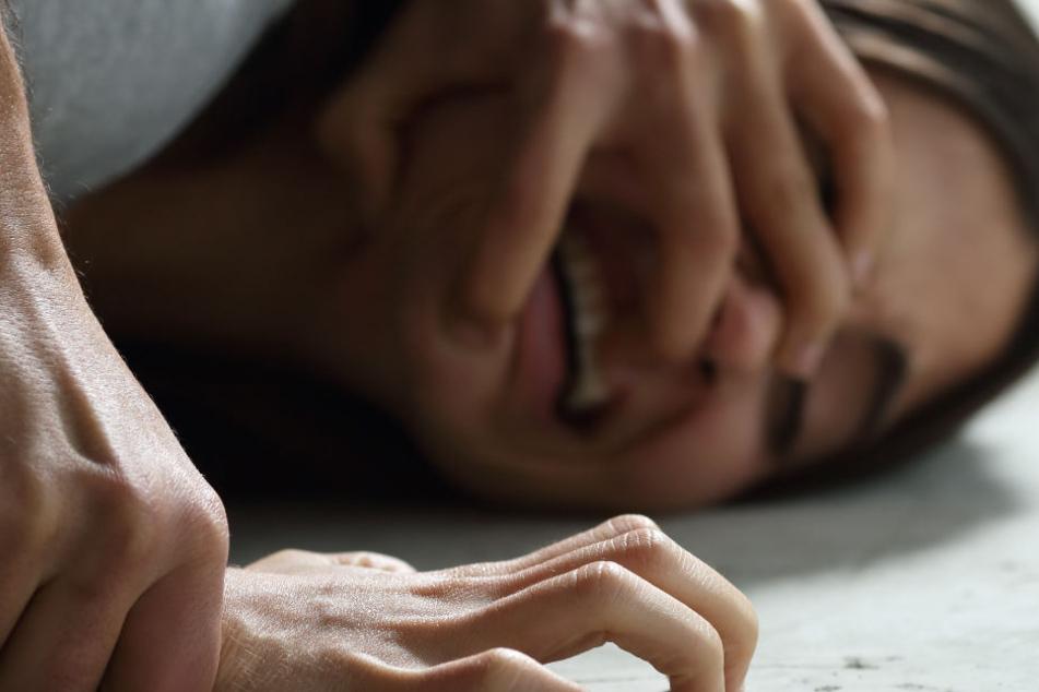 Die Männer packten die junge Frau uns zerrten sie eine Böschung hoch, wo sie sie schließlich versuchten zu vergewaltigen. (Symbolbild)