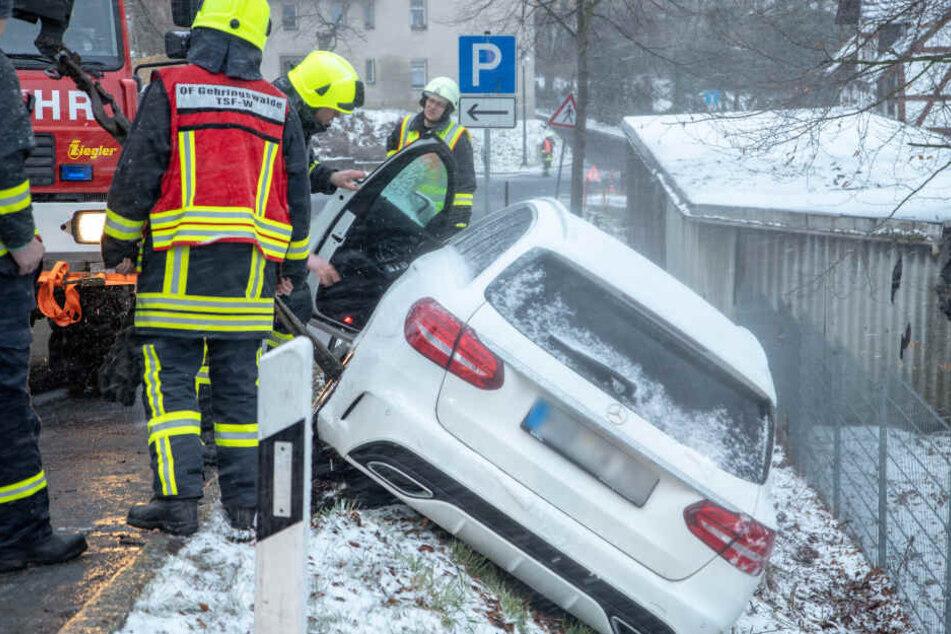 Glätte-Alarm im Erzgebirge: Mercedes rutscht in Straßengraben