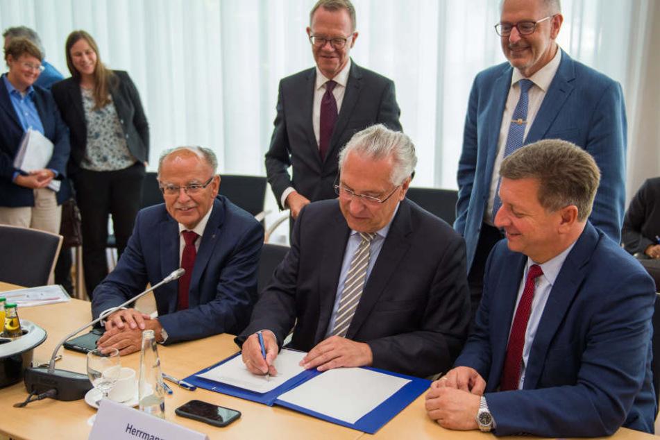 Joachim Herrmann (61, CSU, 2.v.r.), bayrischer Innenminister, unterschreibt die gemeinsame Erklärung.