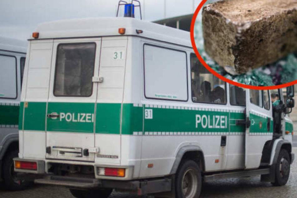 Ein Mannschaftswagen der Polizei wurde beschädigt. Verletzt wurde bei dem Angriff niemand. (Symbolbild)