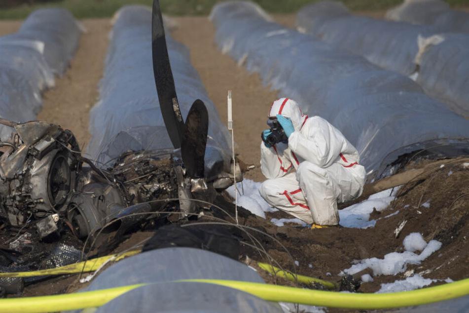 Das Kleinflugzeug stürzte am 31. März in ein Spargelfeld.