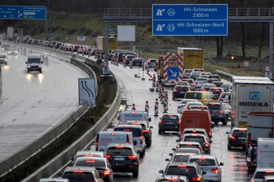 Autos stehen auf der Autobahn A7 im Stau.