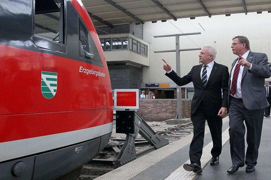 Bahn-Chef Rüdiger Grube (56, l) war vor vier Jahren in Chemnitz, fachsimpelte mit Wolfgang Leibiger von der Erzgebirgsbahn.