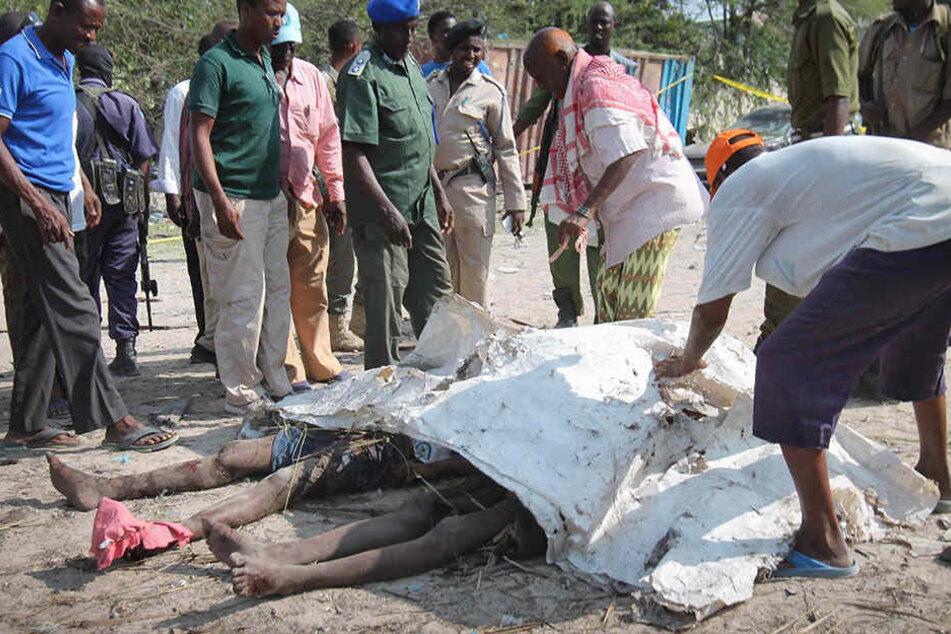 In Somalia sind mindestens zwölf Menschen bei einem Terroranschlag gestorben.
