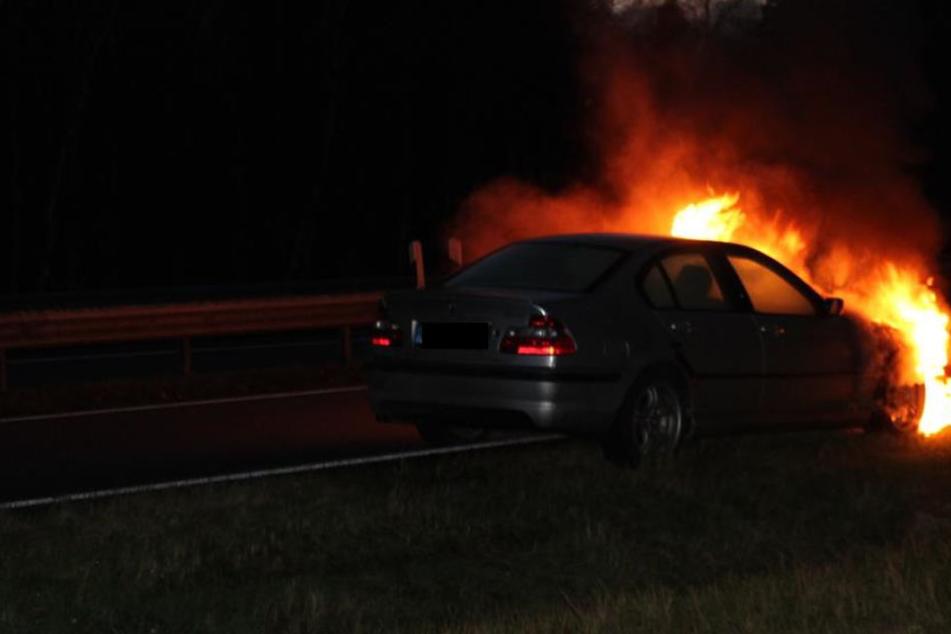 Der Wagen brannte mitten auf der Autobahn aus.