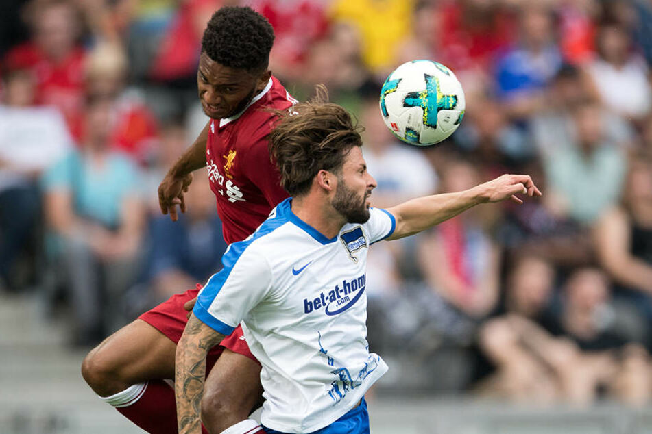 Herthas Marvin Plattenhardt (r) und Liverpools Dominic Solanke kämpfen um den Ball.