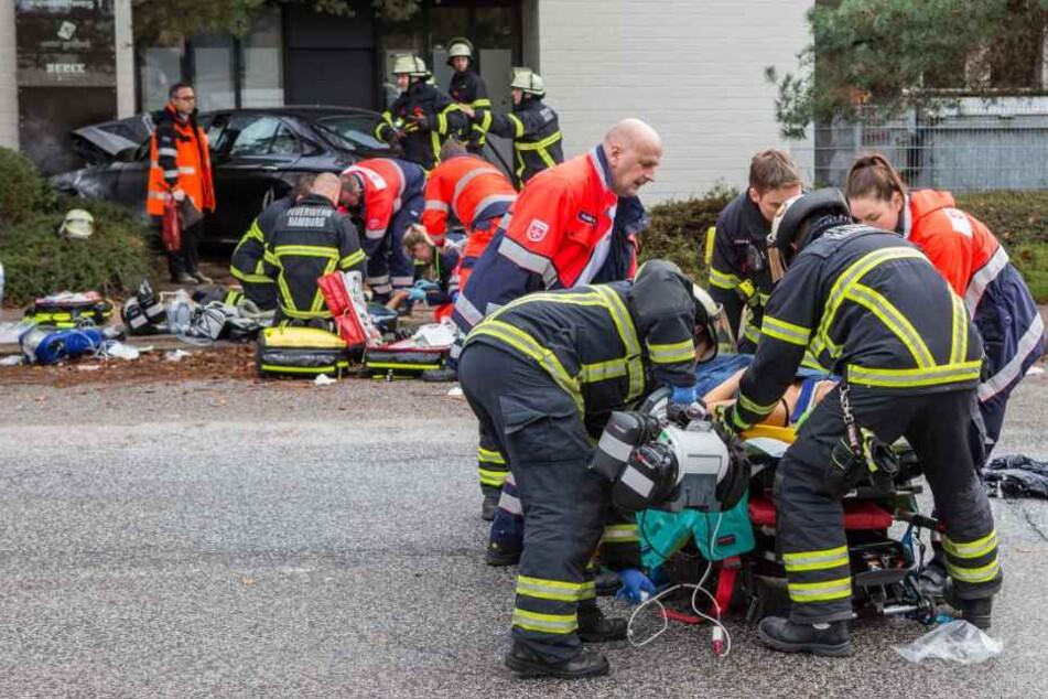 Zahlreiche Rettungskräfte kümmern sich um die Verletzen.