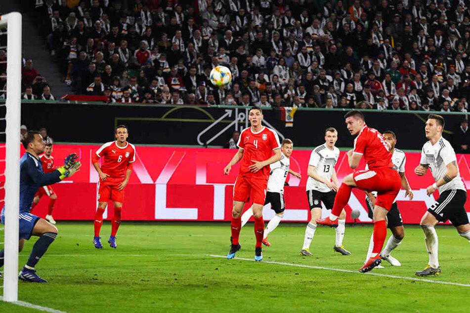 Das 1:0 für Serbien: Stürmer Luka Jovic (Dritter von rechts) trifft per Kopf gegen den chancenlosen Manuel Neuer (l.).