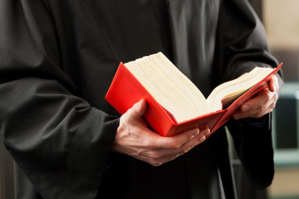 Wegen Anstiftung zum Mord und versuchter Anstiftung zum Mord steht auch die Frau vor Gericht. (Symbolbild)