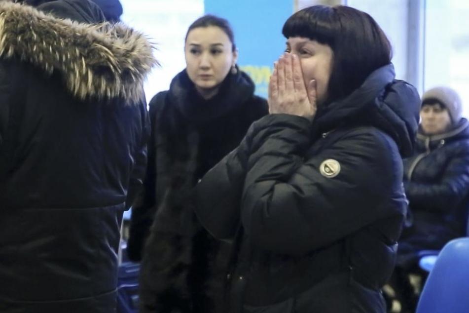 Angehörige und Freunde am Flughafen in Orsk sind geschockt, nachdem sie von der Tragödie erfuhren.