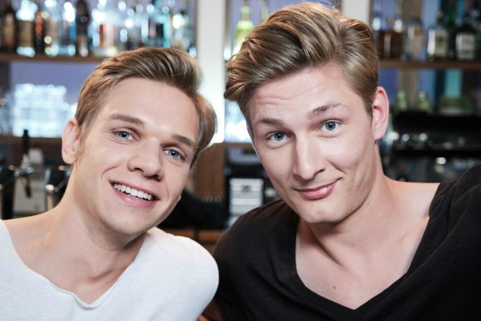Sandro Hemmer (Maurice Pawlewski, l) trifft in Köln auf seinen guten Freund Conor Weigel (Yanik Meyer).