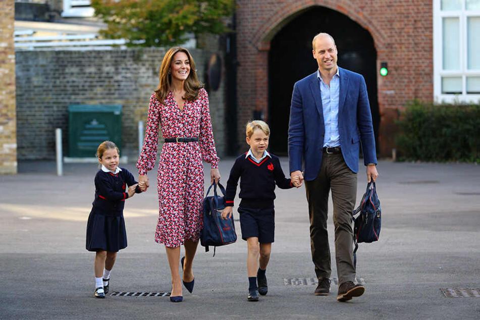 """Prinzessin Charlotte (li.) kommt an ihrem ersten Schultag an der Schule """"Thomas's Battersea"""" in Begleitung ihrer Eltern, Prinz William und Herzogin Kate, und ihres Bruders Prinz George, an."""