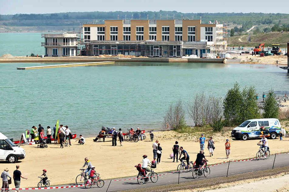 Radfahrer am Störmthaler See. Dort gehts zum großen Grillfest für Familien und Gemütlichkeits-Radler hin.