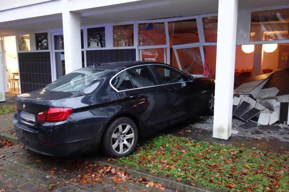 Die Frau krachte mit ihrem BMW in die Fensterfront.