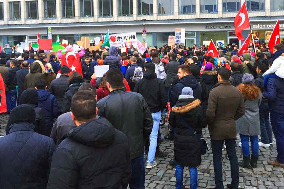Nach anfänglich 750 Teilnehmern versammelten sich insgesamt 1000 Menschen auf dem Bahnhofsvorplatz!