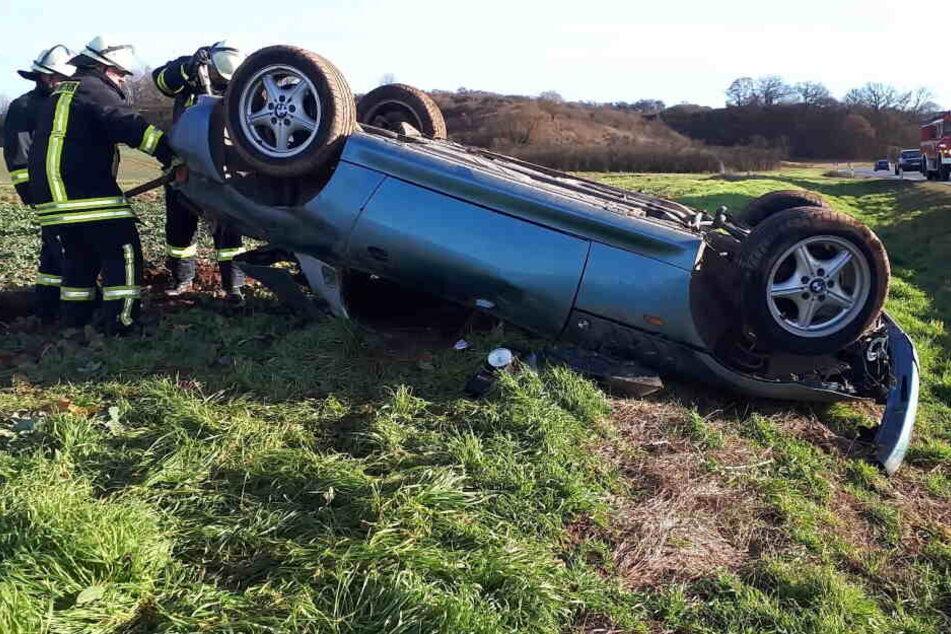 BMW-Fahrer kommt von Straße ab, zwei Menschen werden verletzt