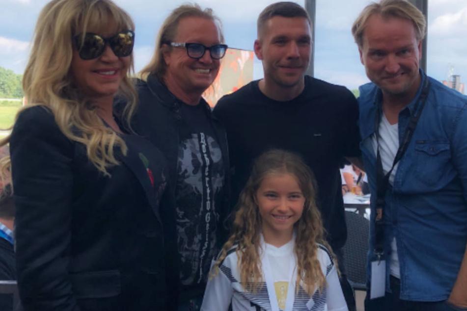 Familie Geiss grinst mit Poldi und Event-Manager Markus Krampe um die Wette.