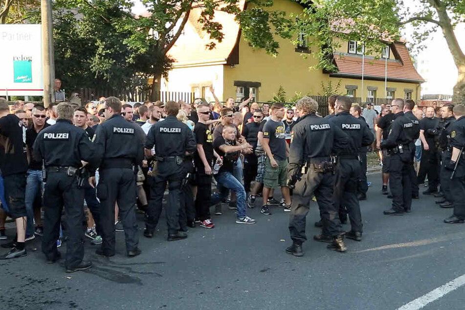 Ebenfalls im Sommer 2015 kam es zu Demos und Gewalt vor diesem Dresdner Flüchtlingsheim.