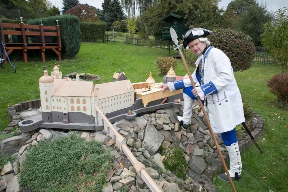Ingo Urban (50) mit seiner Burg Stolpen. Das selbst gebaute Modell soll auch bei der 800-Jahr-Feier 2018 beim Festumzug dabei sein.