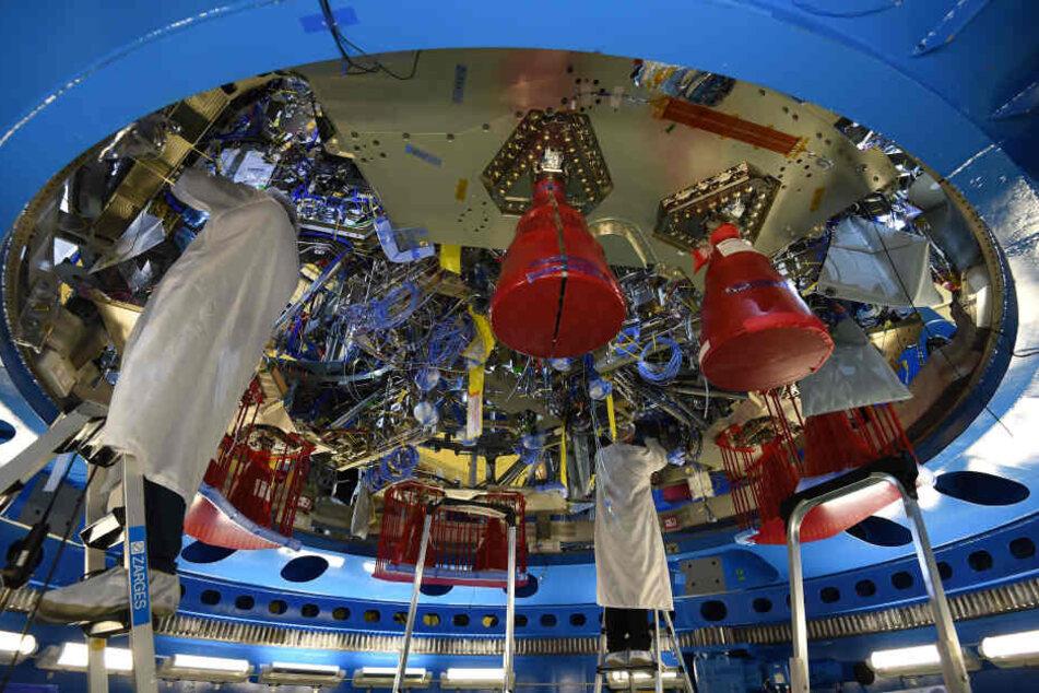 """Ingenieure arbeiten am Servicemodul für das US-Raumschiff """"Orion"""". Der europäische Flugzeugbauer Airbus will in seiner Rüstungs- und Raumfahrtsparte 2362 Stellen streichen."""