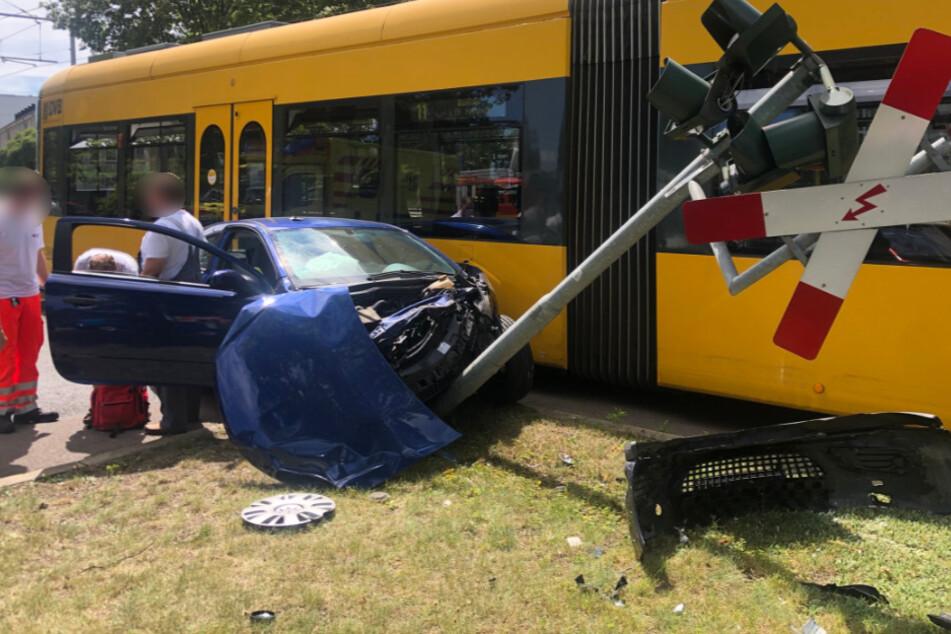 Auf dem Strehlener Platz krachten ein Opel und eine Straßenbahn zusammen.