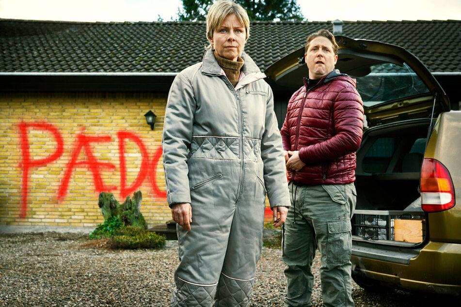 """Bibi (Lene Maria Christensen) und ihr Ehemann Tom (Jesper Riefensthal) bleiben nicht vor Mikes Quälereien verschont. Er hat ihr Haus angesprüht und """"Pädo-Schwein"""" an die Hauswand geschrieben."""