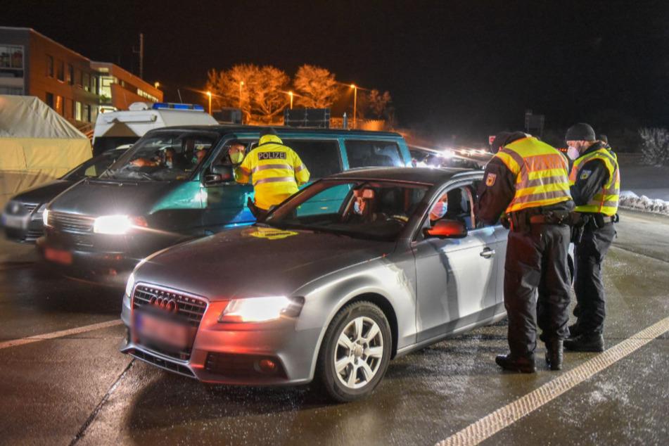 Fahrzeugführer sowie alle Insassen wurden auf gültige und negative Corona-Tests kontrolliert.