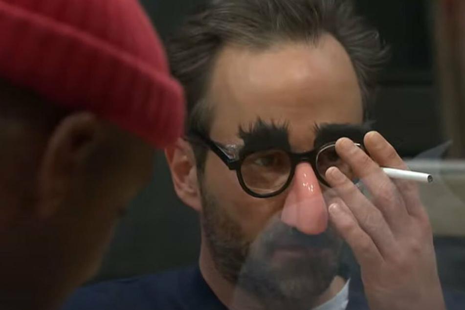 Erst ma' eene rochen: Kurt Krömer (45, r.) als Kunstfigur Egon Pimmelmann mit Clown-Brille.