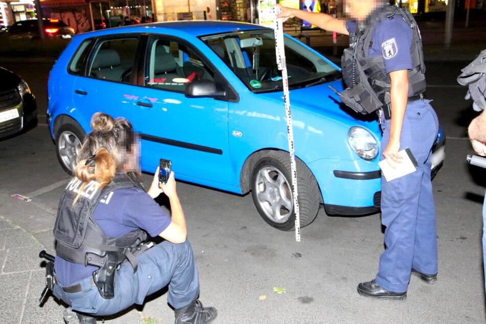 Die Polizei dokumentiert Unfallspuren am Fluchtfahrzeug, das durch einen Platten nicht mehr weiterkam.