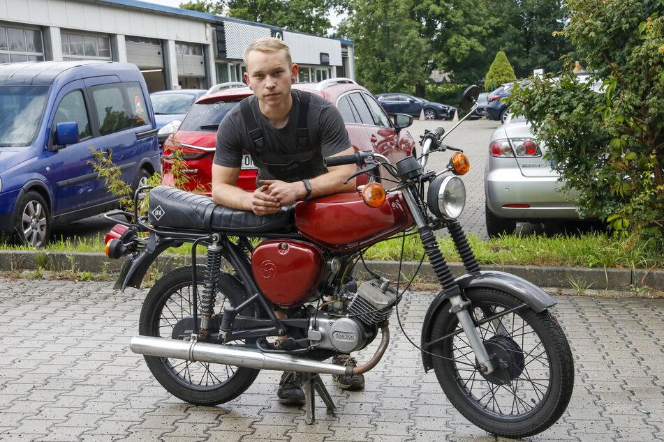 Gegen ihn hatte der Moped-Dieb keine Chance: Benjamin Hauer (24) und seine gerettete Simson.