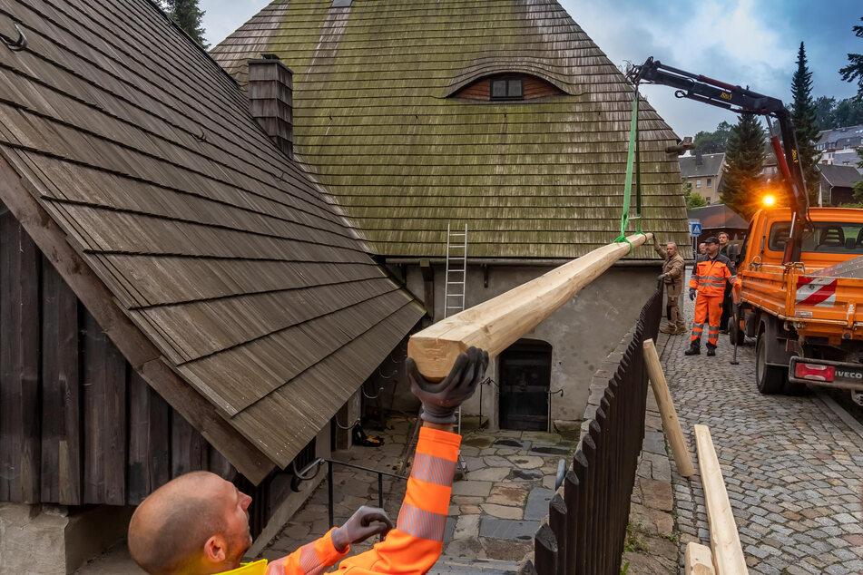 Am Freitag wurden neue Dachrinnen installiert.