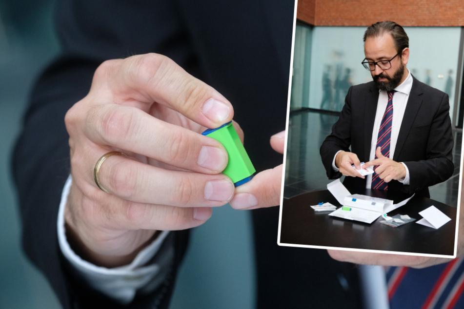 Erst stach sich Wissenschaftsminister Sebastian Gemkow mit einer Lanzette in die Fingerkuppe (großes Bild), dann tupfte er das Blut auf das Filterkärtchen (kleines Bild). Spätestens übermorgen wird er wissen, ob er Corona-Antikörper hat.