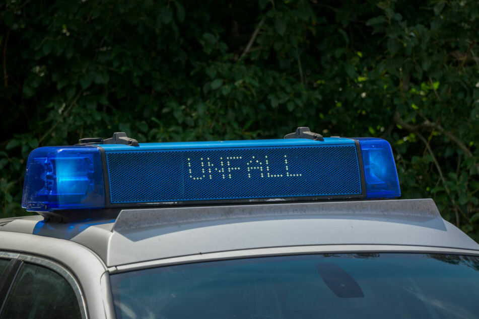 Die Polizei ist nach einem Unfall zwischen einem Bus und einem Auto in Köln-Weiden im Einsatz. (Symbolbild)