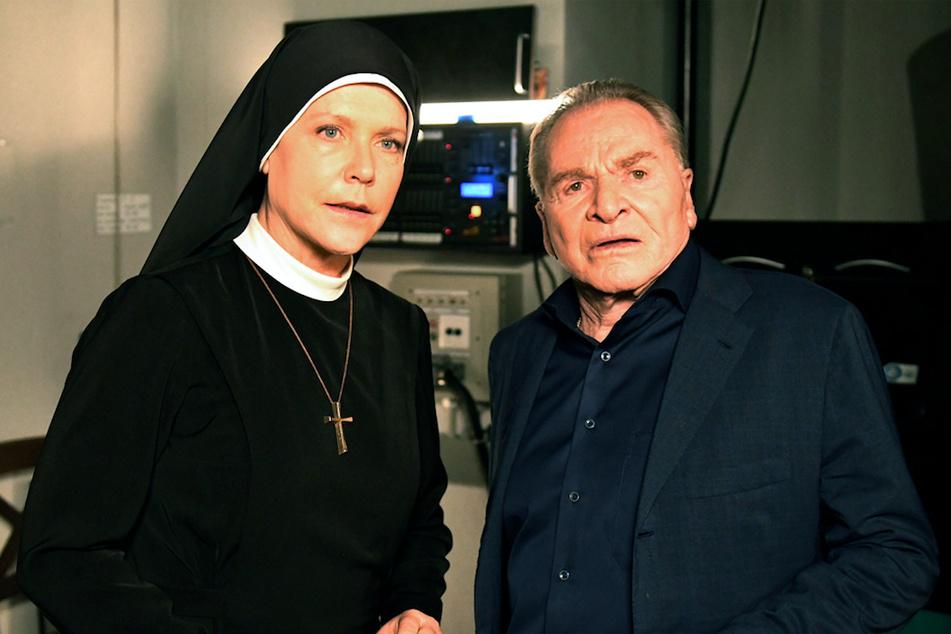 """Schwester Hanna (Janina Hartwig) und Wöller (Fritz Wepper) warten hinter der Bühne in der letzte Folge der Familienserie """"Um Himmels Willen""""."""
