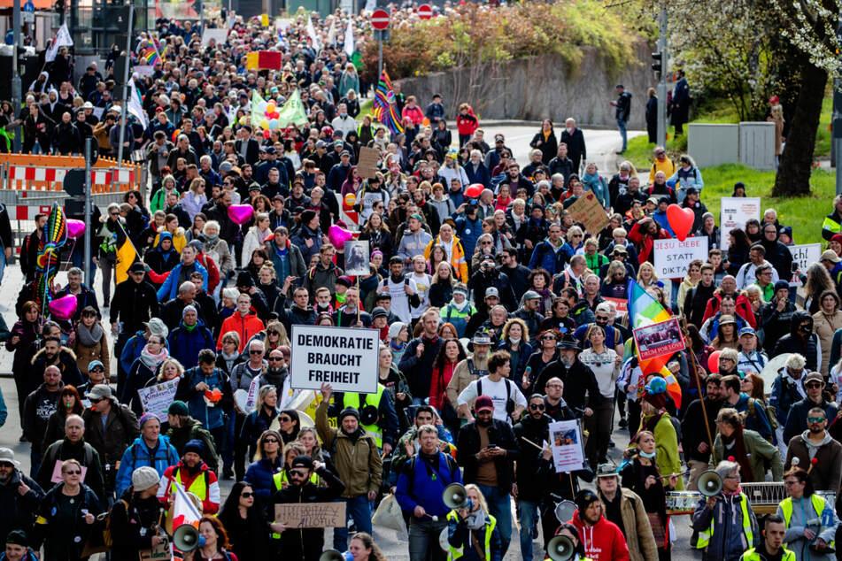 """Bei der """"Querdenken""""-Demonstration am Karsamstag in Stuttgart waren teilweise bis zu 15.000 Teilnehmer ohne Abstand in der Innenstadt unterwegs. Der Verwaltungsgerichtshof in Mannheim bestätigte jetzt das Verbot zweier weiterer Demos in Stuttgart."""