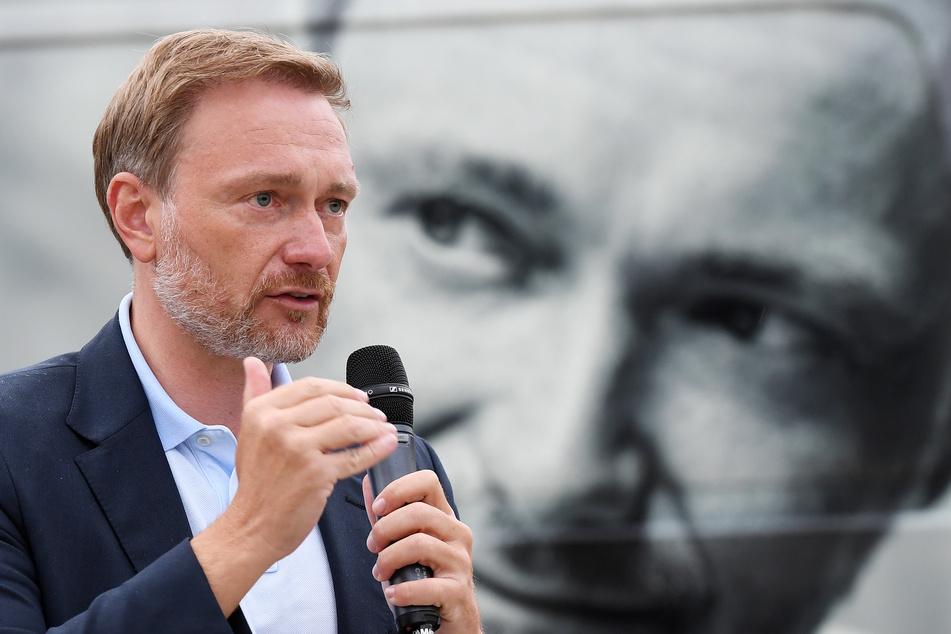 Bayern, Garmisch-Partenkirchen: FDP-Parteichef und Spitzenkandidat der FDP zur Bundestagswahl 2021, Christian Lindner, spricht bei einer Wahlkampfveranstaltung der FDP auf dem Rathausplatz.