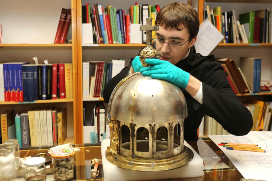 Ein Studenten reinigt und konserviert den Schrein mit den angeblichen Überresten der Heiligen Corona, der ab September in der Aachener Domschatzkammer ausgestellt wird.