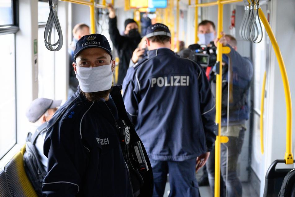 Die Polizei kontrollierte die Maskenpflicht am Montag in den Dresdner Straßenbahnen.