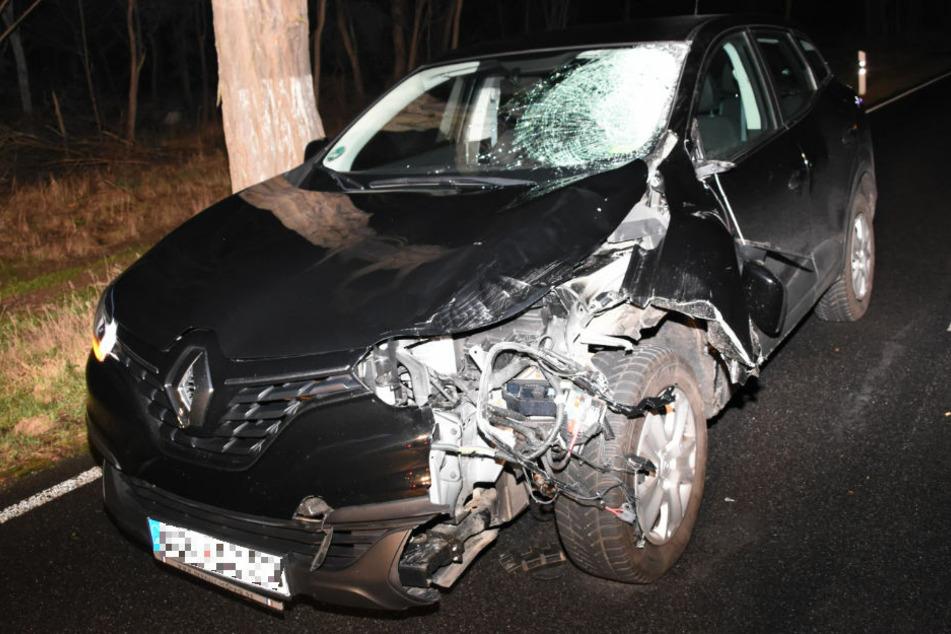 Die Schäden am Unfallwagen verdeutlichen die Wucht des Aufpralls.